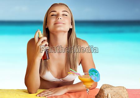 glueckliche frau am strand