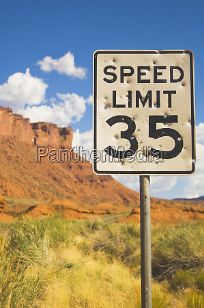 bullet holes in speed limit zeichen