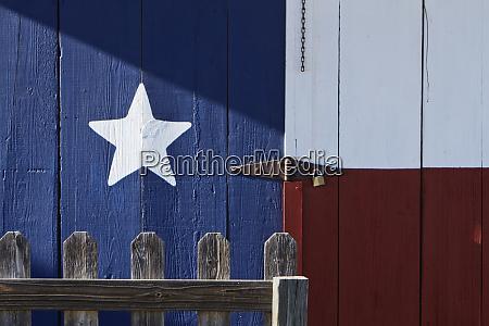 texas flagge gemalt auf einem haus
