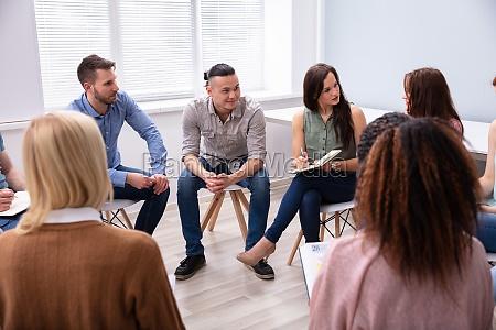 drei maenner sitzen zusammen beratung