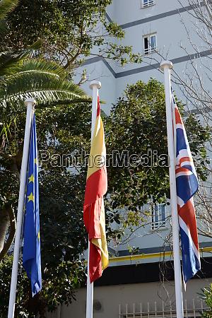 flaggen im wind europa spanien grossbritannien