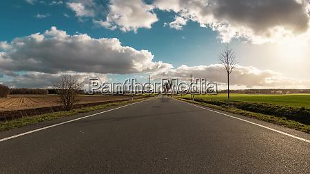 idyllischer panoramablick mit landstrasse in der