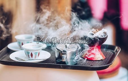 tasse ethopian kaffee mit aromatischem weihrauch