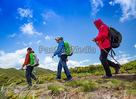 mutter und zwei jungen wandern