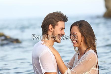glueckliches paar lacht baden am strand