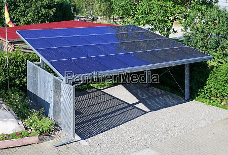 neuer carport mit halbtransparenten photovoltaik modulen