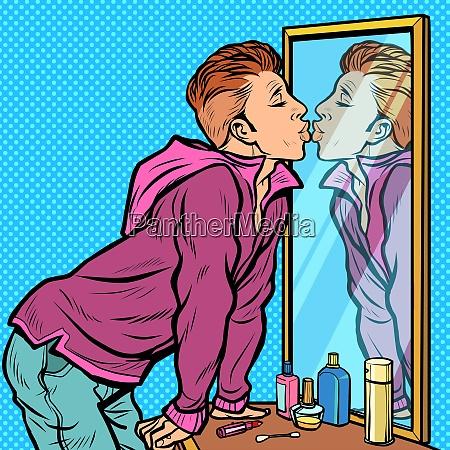 ein mann kuesst seine eigene reflexion