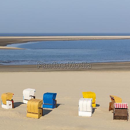 strandkorb im sand