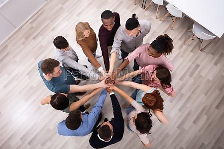 diverse menschen stapeln hand zusammen