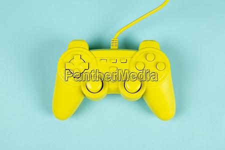 spielen in gelb und blau