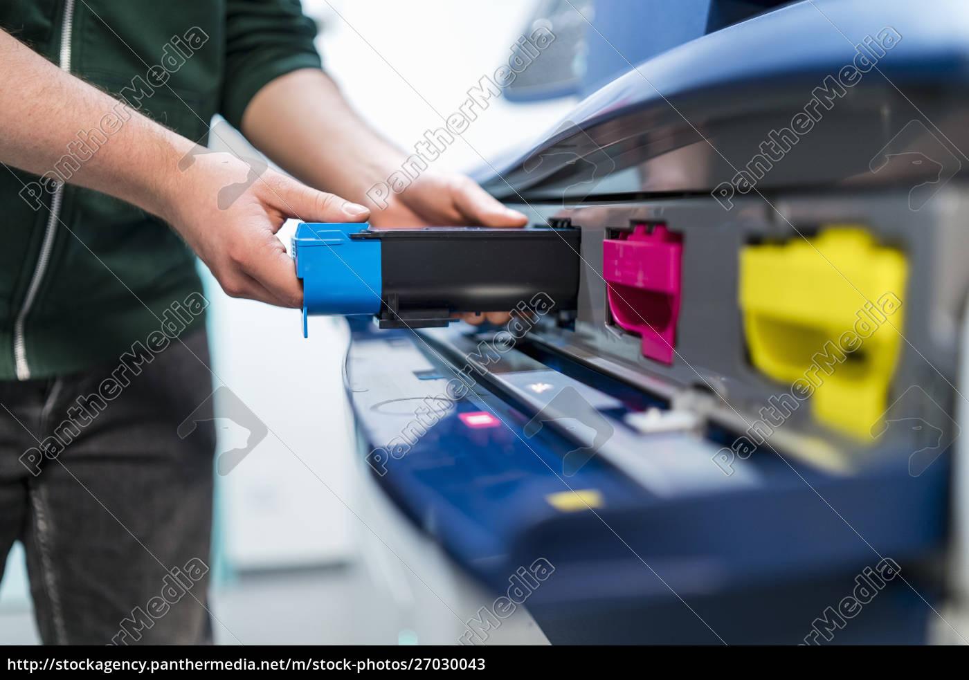 nahaufnahme, von, teenagern, die, an, farbdruckereinfügungspatrone, arbeiten - 27030043