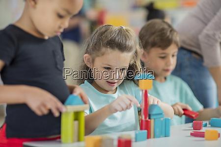 kinder spielen mit bausteinen im kindergarten