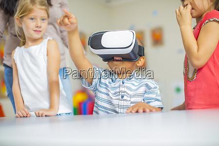 kinder im kindergarten mit vr brille