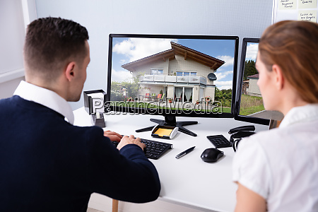 maennlich und weibliche immobilienmakler suchen haus