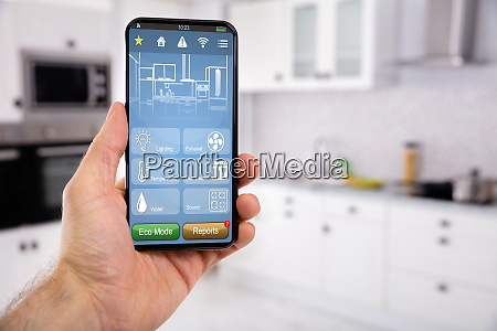 hand holding mobile mit smart home