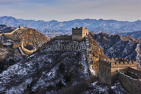 schnee bedeckt jinshanling und simatai abschnitte