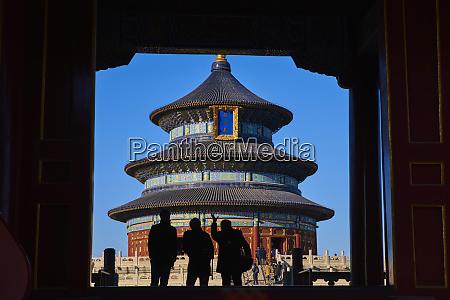 touristen in silhouette am himmelstempel unesco