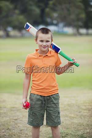 young boy bereit cricket zu spielen