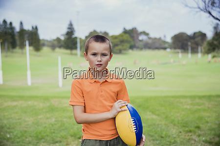 young boy bereit rugby zu spielen