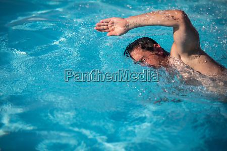 maennliche schwimmer schwimmen crawl entherim im