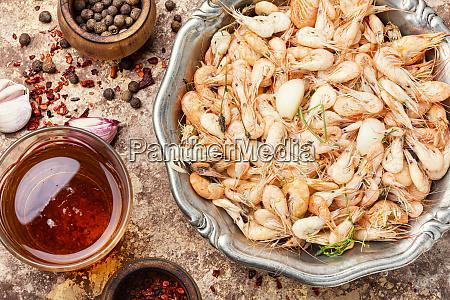 haufen gekochter geschaelte garnelen