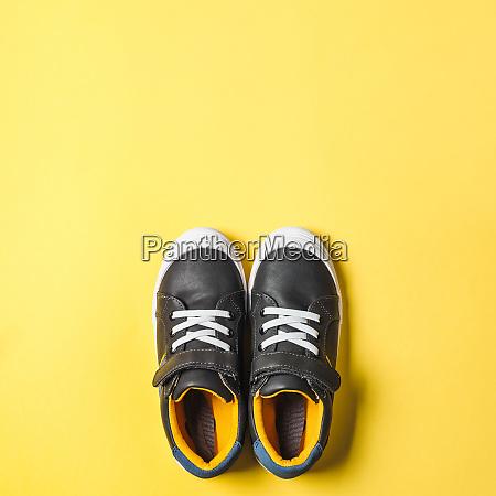 graue und gelbe sneakers auf gelbem