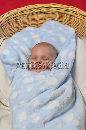 stricken korb neugeborene baby kind ausdruck