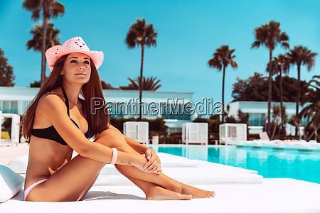 schoene frau auf luxus strand resort