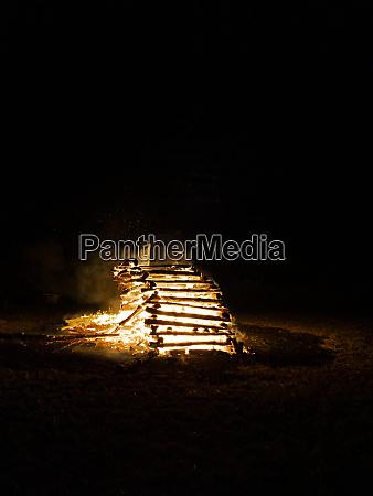 grosses und fantastisches mittsommerfeuer oder sonnenwendefeuer