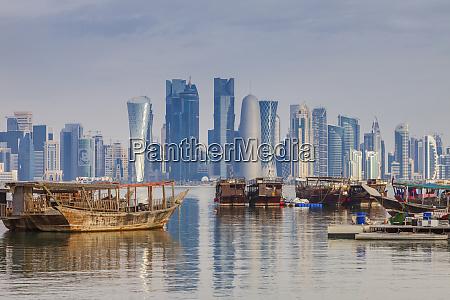 boote von wolkenkratzer skyline in doha