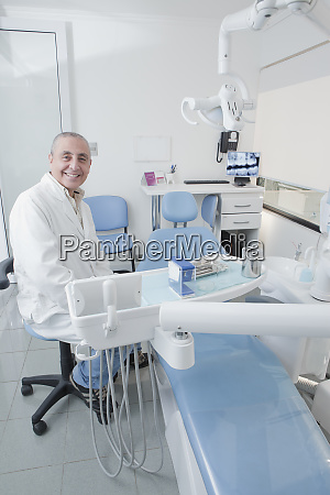 zahnarzt laechelnd in zahnarztpraxis