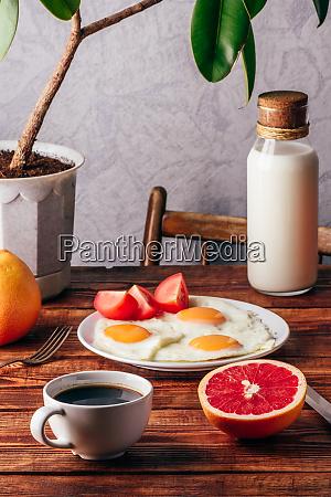 gebratene eier und tasse kaffee