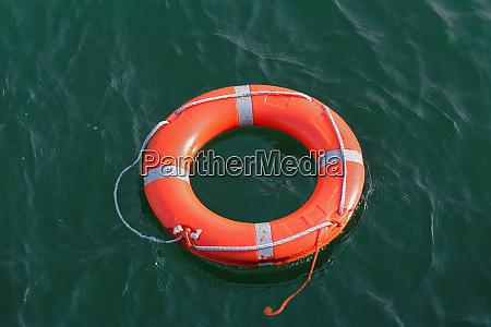 orange kreis rettungsboje schwimmen auf dem