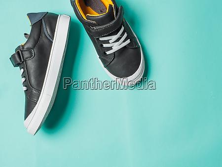 graue und gelbe sneakers auf blauem