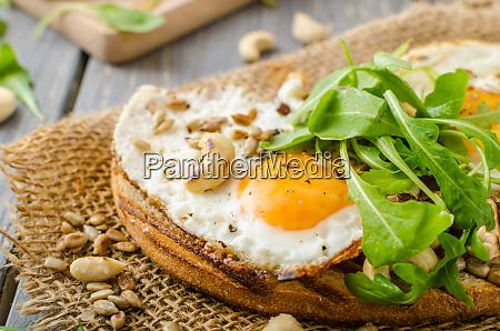 dorfbrot gebratene eier