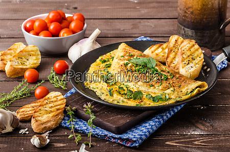 kraeuter omelette mit schnittlauch und oregano