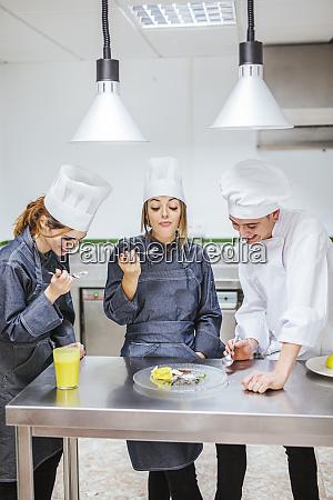 juniorkoeche probieren ein dessert