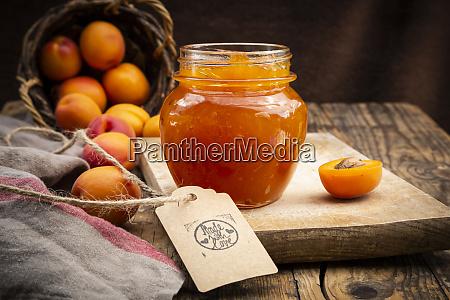 aprikosenmarmelade und aprikosen zeichen mit liebe