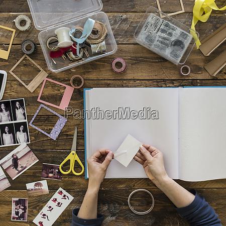 top ansicht der frauenhaende design fotoalbum
