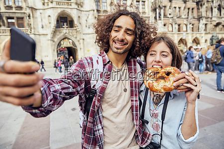 junges paar macht ein selfie mit