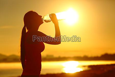 sportlerin trinkt wasserflaschen nach dem sport