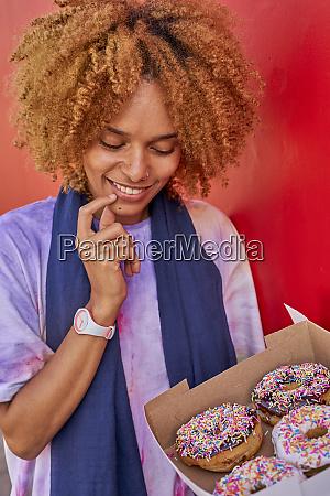frau entscheidet welche donut zu waehlen