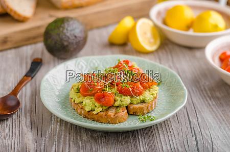 avocado aufstrich mit tomaten
