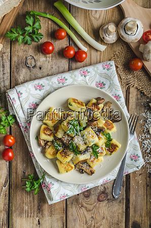knusprige gebratene gnocchi mit pilzen kraeutern