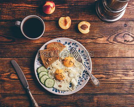 fruehstueckstoast mit spiegelritten eiern mit gemuese