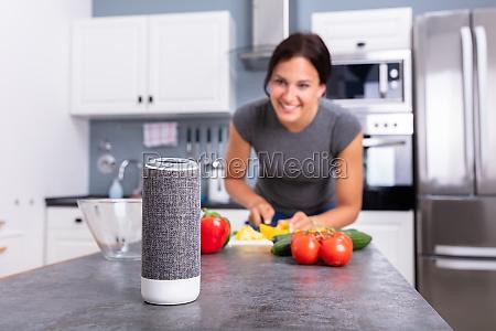 frau die musik auf wireless lautsprecher