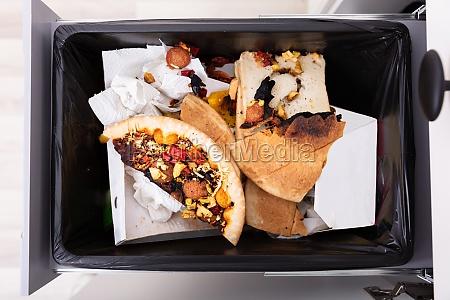 dustbin mit restnahrung bedeckt