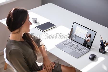 frau die am online coaching teil