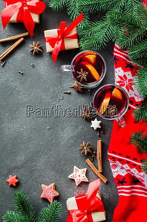 weihnachten mit gluehwein und warmem schal