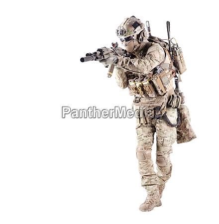 ausgestattet armee soldat ziel gewehr studio